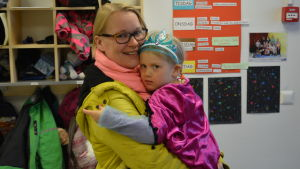 Dagisbarnet Ella Lönnblad i mamma Anna Lönnblads famn.
