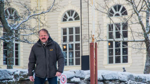 Guy Kronqvist framför Korsnäs kyrka.
