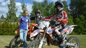 Mikael Parviainen, Arttu Antikainen och Aaro Antikainen saknar motocrossbanan i Sjundeå.