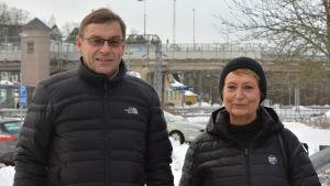 Henrik Westerlund och Karin Svahnström vid järnvägsbron i Karis.