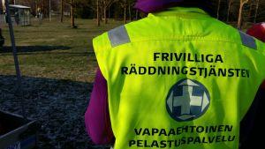 Frivilliga räddningstjänstens medlem med gula väst är ute och söker en försvunnen.