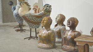 Hönor och byster på Elina Sorainens minnesutställning