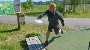 Frisbeegolfaren Oskar Kurri kastar frisbee