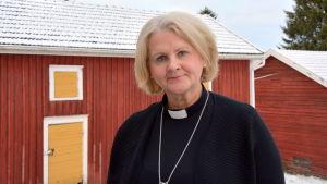 Kyrkoherde Ann-Mari Audas-Willman vid prästgården i Solf.