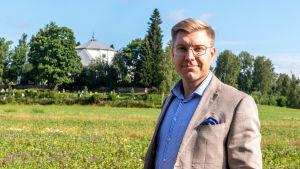 Sam Vourinen vid kyrkan i Mörskom.