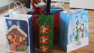 En samling påsar med julklappar.