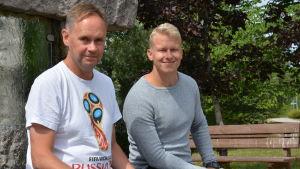 Bosse Ahlgren och Tobias Björklund sitter vid en fontän i somrigt väder