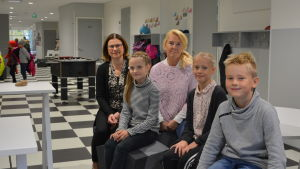 Rektor Britt Kaskela-Nortamo, eleverna Silja Perälä, Ada Kallio, Antti Einola och språkbadslärare Pernilla Nylund.