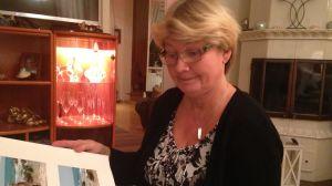 Carola Gustafsson bläddrar i fotoalbum. Några bilder från Thailandsresan 2004 finns inte, däremot har hon och barnen besökt Thailand flera gånger efter det.