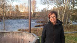 Ann-Sofie West vid Maansforsen i Esse i Pedersöre.