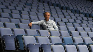 Hjallis Hakimo sitter i en tom läktare i Helsingforsarenan