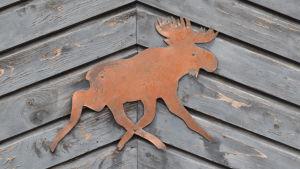 En älg pryder dörren till slaktlidret på Fagervik gård.