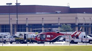 Helikopter för sjuktransporter utanför skolan