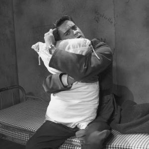 Lasse Liemola halaa putkassa tyynyä varusmiehenä Iskelmäkarusellissa 1962.