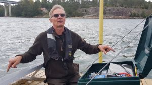 forskare Esa Lehtonen står på en sälskrämma.