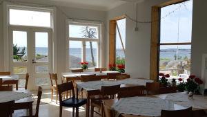 En matsal i ett pensionat vid havet.