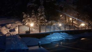 upplyst brygga i mörker om vintern