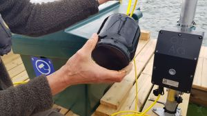 En svart liten undervattenshögtalare som ska skrämma sälar.