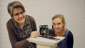 Pia Manns och Monica Vikström-Jokela vid ett leksakståg.
