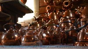 kaffepannor i koppar på Mattilan talonpoikaistila.