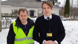 Taxichauffören Daniel Sjögren hjälper Johan Sundholm, som har en synskada.