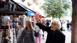 Jacky Bonnemains gestikulerar vilt när han förklarar om blydammet i Paris