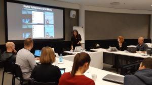 Journalismin akatemiassa 2018 Donara Barojan, tutkimuksen ja kehityksen apulaisjohtaja, DFRLab, pitää koulutusta digitaalisen vaikuttamisen tunnistamisesta.