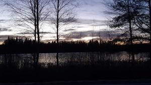 Bild på en sjö på kvällen.