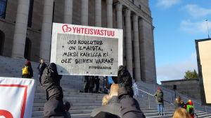 Ungdomar demonstrerar utanför riksdagshuset.