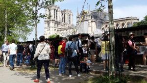En vecka efter branden luktar det fortfarande brandrök i området nära Notre-Dame.
