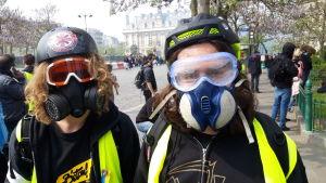 Två frivilliga sjukskötare med mask för ansiktet som skydd mot tårgasgranater.