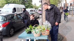 Två män som säljer liljekonvaljer i Paris.