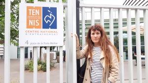 Marie-Cécile Naves lutar mot ett staket.