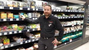 Handelsmannen Ari Piiroinen vid en kalldisk i K-Citymarket i Villmanstrand.