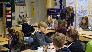Klass 3 och 4 har bildkonst i Västankvarn skola i Ingå.