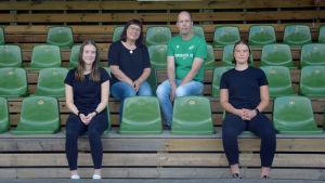 Felicia Gröning, Tove Gustafsson, Kim Malmberg och Jill Ilmman sitter på en läktare med gröna stolar och tittar in i kameran.