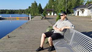 Kangasniemen nuorisosihteeri Henri Hokkanen Kangasniemen rantatorilla.