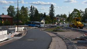 På bilden syns den delen av Stora Byvägen där den nya rondellen finns.