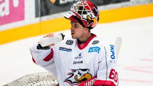 Målvakten Rasmus Reijola dricker vatten.