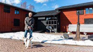Antti Muuronen med sin hund på Skeppsbron.