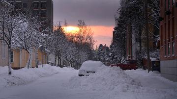 Snödrivor längs en gatan på Brändö i Vasa.