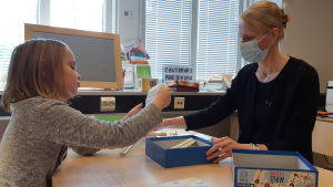 Talterapeut Sonja Tuxen-Borlaug har terapi med Karin Lundström.