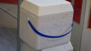 En kylväska av vit styrox.