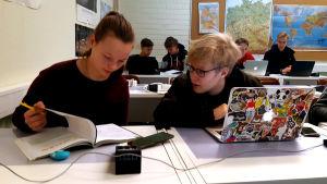 Kia Exell och Oliver von Bondsdorff i ett klassrum.