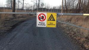 En skylt som varnar för explosiva ämnen vid en väg.