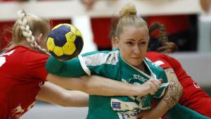Grankulla IFK:s Carolina Böckelman försöker ta sig förbi två HIFK-spelare i damernas FM-serien i handboll.
