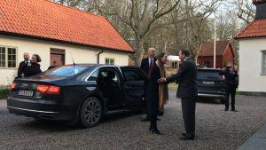 Stefan Löfven tar emot Sanna Marin med ett varmt handslag.