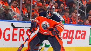 Edmontonmålvakten Mike Smith skrinnar på isen.