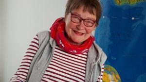 Ohjaaja toimittaja Tiina Harpf käsikirjoituksen kanssa.
