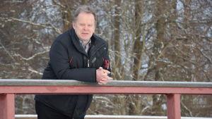 Ingås kommundirektör Jarl Boström lutar mot ett broräcke.